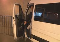 Pendik'te servis minibüsü alt geçitte mahsur kaldı!