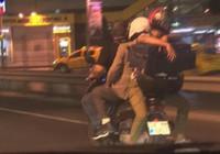 Motosiklete hem 3 kişi bindiler hem de...