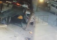 Üsküdar'da takla atan araç kaldırıma devrildi!