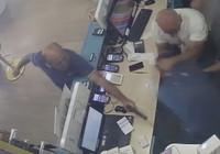 Aldıkları hat iki gün açılmayınca telefon bayisini basıp çalışanı vurdular
