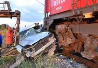 Otomobil lokomotifin altında kaldı...