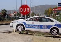 Maket polis aracının aküsünü çaldılar!