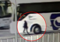 Yol verme kavgasında otobüsün altında kaldı... O anlar kamerada!