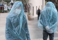 Koronavirüsten çöp poşetiyle korunuyor