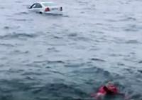 Otomobiliyle denize uçtu, yüzerek kurtuldu
