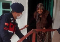 Jandarma, şehit annesinin odunlarını kesti