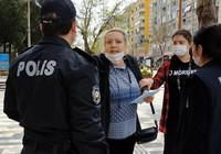 14 yaşındaki kızıyla gezen kadın polislere direndi, gazetecileri tehdit etti