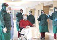 Koronavirüsü yendi, alkışlarla taburcu edildi