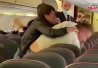 Uçakta sosyal mesafe kavgası