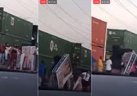 ABD'de kalabalık bir grup hareket halindeki treni yağmaladı
