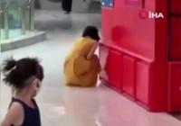 Pekin'de, Covid-19 testinin pozitif olduğunu öğrenen bir kadın sinir krizi geçirdi