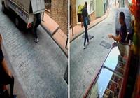 Hareket halinde kamyonetten hırsızlık: Esnaf arkasından bakakaldı!
