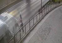 Minibüsün altında kalmaktan son anda kurtuldu!