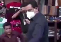 Muhabir maske takmayanları tokatladı