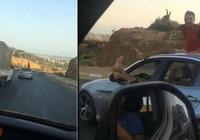 Trafik magandaları, hareket halindeki otomobilden dışarıya ayaklarını uzattı