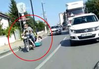 Sorumsuzluğun böylesi! Motosikletin arkasına bağladığı sepette çocukları gezdirdi