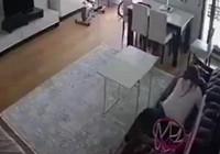 Deprem sırasında çocuğuna sımsıkı sarılan anne