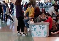 Masa ve sandalyeler kaldırıldı: AVM'de, yerde yemek yediler