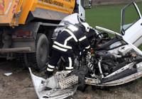 Kamyon ile çarpışan otomobil hurdaya döndü, sürücü öldü