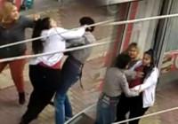 İki kız kardeş telefon numaralarını isteye çocuğu dövdü