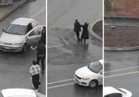 Kadını zorla otomobile bindirmek isteyen kişiye çevredekiler engel oldu!