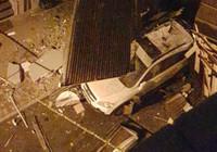 İstanbul'da faciadan dönüldü - Uçan çatı bir otomobile saplandı!