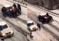 Kayan arabayı 10 kişi zor durdurdu!