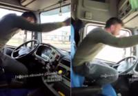 Tır şoförü direksiyonu bıraktı, ayağa kalkıp oyun oynadı