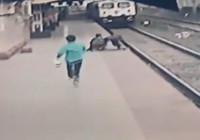 Hindistan'da istasyon çalışanı raylara düşen çocuğu böyle kurtardı