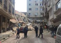 Zeytinburnu'nda boşaltılan binanın çökme anı