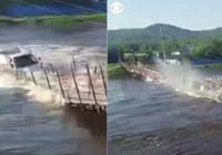 Rusya'da asma köprü çöktü: Araç nehre gömüldü