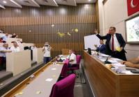 Bolu Belediye Başkanı Tanju Özcan gündemden düşmüyor! AK Partili meclis üyelerine çay fırlattı
