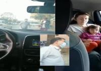 2 yaşındaki çocuğun bulunduğu otomobilin camını taşladı