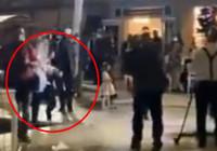 Kılıçdaroğlu, düğün salonuna girerken görüntü alan kameraman havuza düştü