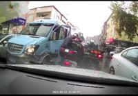 Öfkeli minibüsçü, kasklı motosikletliye kafa attı