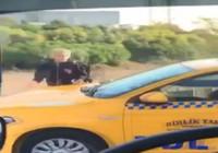Kaldırımdan giden taksici, yayadan korna çalarak yol istedi
