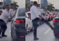 Şerit kavgası: İETT şoförü otomobili tekmeledi