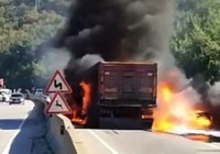 Bursa'da kaza yapan tır patladı
