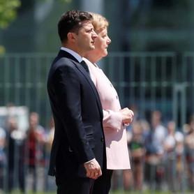 Almanya Başbakanı Merkel Berlin'deki tören sırasında titredi
