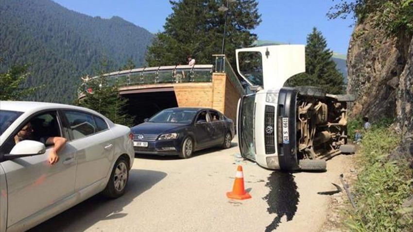 Uzungöl'de minibüs yan yattı: 3 yaralı