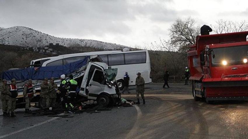 Yolcu otobüsü kaza yaptı: Ölü ve çok sayıda yaralı var...