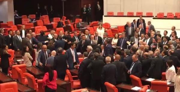 MHP ve CHP milletvekilleri arasında gerginlik…