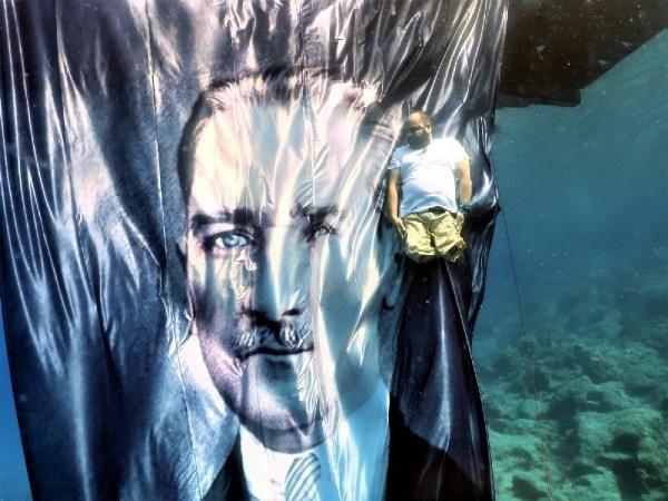 Depremde bacaklarını kaybetti! Suyun 10 metre altında Atatürk'e saygı duruşu - Sayfa 2
