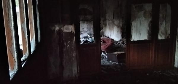 130 yıllık camiyi ateşe verdiler - Sayfa 1