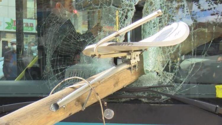 Otobüsün camından direk girdi, şoförü kıl payı ölümden döndü - Sayfa 3