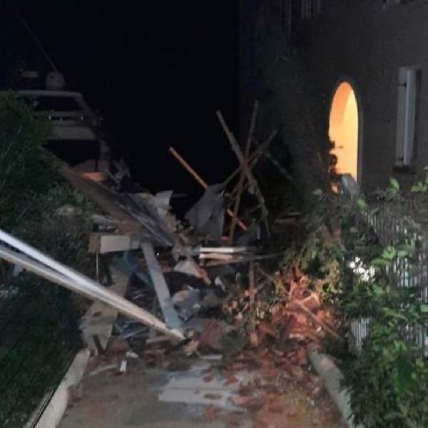 İzmir Çeşme'de şiddetli lodos ve hortum - Vinç devrildi, evlerin çatısı uçtu - Sayfa 1