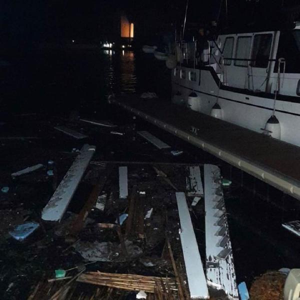 İzmir Çeşme'de şiddetli lodos ve hortum - Vinç devrildi, evlerin çatısı uçtu - Sayfa 2