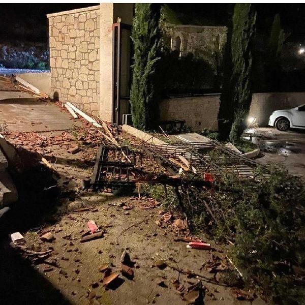 İzmir Çeşme'de şiddetli lodos ve hortum - Vinç devrildi, evlerin çatısı uçtu - Sayfa 4