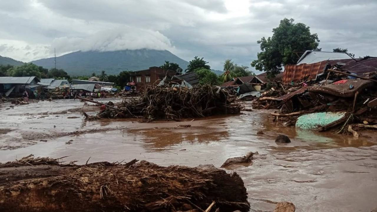 Endonezya'daki sel ve heyelan felaketinde ölü sayısı 41'e yükseldi