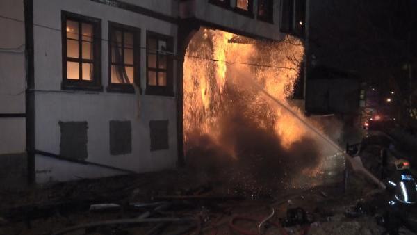 Bursa'da 120 yıllık tarihi bina yangında çöktü; çok sayıda sokak kedisi yanarak öldü - Sayfa 1